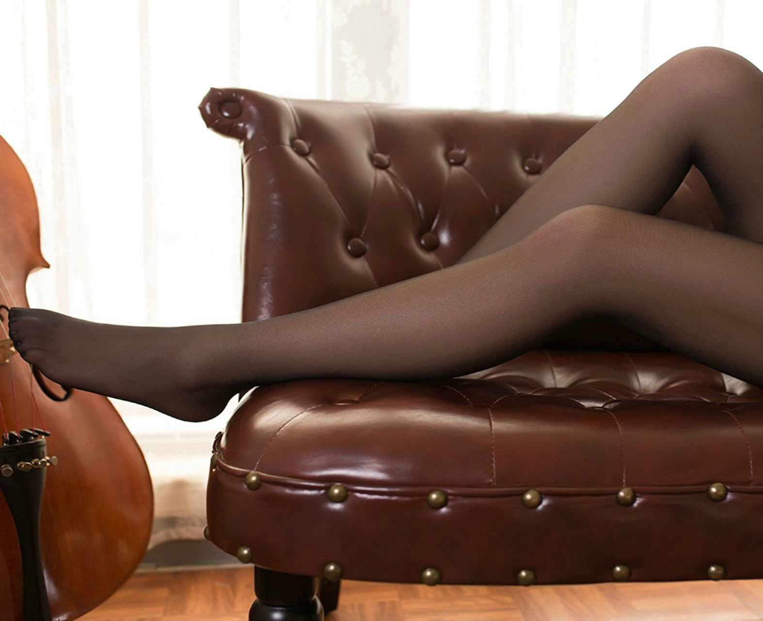 躺在地上静思的细腿黑丝JK小姐姐